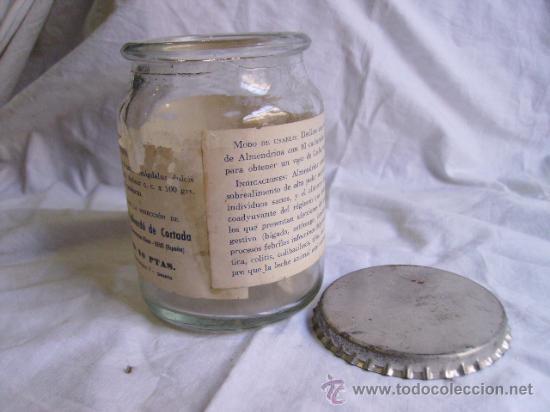 Botellas antiguas: interesante bote de cristal de leche la almendina - vallverdu de reus - tarragona - Foto 2 - 28871916