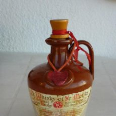 Botellas antiguas: BOTELLA DE PORCELANA DE WHISKY MONJES. (VACIA). Lote 194736316
