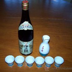 Botellas antiguas: SET UN RECIPIENTE PARA SERVIR SAKE, 6 VASITOS EN PORCELANA Y AUTENTICA BOTELLA SAKE. HECHO EN JAPON. Lote 29620838