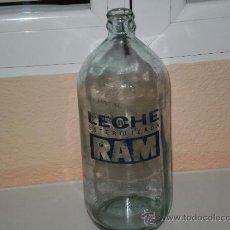 Botellas antiguas: BOTELLA DE CRISTAL CAPACIDAD APROX. 1000 C. C , LECHE ESTERILIZADA RAM AÑOS 80 . VER ESTADO. Lote 29717127