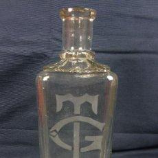 Botellas antiguas: BOTELLA RECTANGULAR DE VIDRIO MOLDEADO GRABADA AL ÁCIDO TG MADRID FNLS S XIX PPIOS S XX 20 CM. Lote 30097271