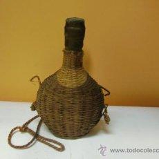Botellas antiguas: BOTELLA DE LICOR FORRADA DE MIMBRE. Lote 34335566
