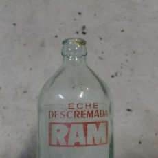 Bouteilles anciennes: BOTELLA DE LECHE DESCREMADA RAM. Lote 56595226