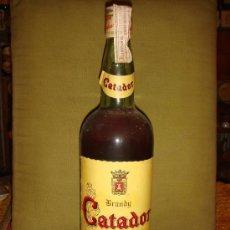 Botellas antiguas: BOTELLA BRANDY CATADOR, SOLERA ESPECIAL. LLENA. PRECINTO 4 PTS., TAPÓN ROSCA.. Lote 36009469