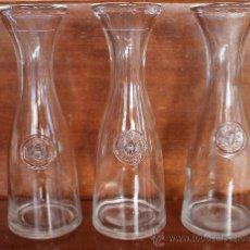 Botellas antiguas: JUEGO DE TRES ANTIGUAS BOTELLAS JARRAS DE CRISTAL ½ LITRO TIPICAS DE ITALIA PARA SERVIR VINO . Lote 36255285