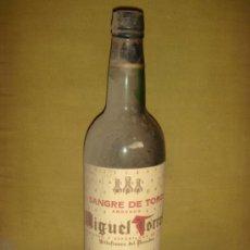 Botellas antiguas: ANTIGUA BOTELLA DE VINO DEL PENEDES, MIGUEL TORRES. SANGRE DE TORO. COSECHA 1964. . Lote 37555390