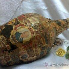 Botellas antiguas: ANTIGUA BOTELLA FORRADA CON VITOLAS DE PUROS Y CIGARRILLOS.. Lote 37677200