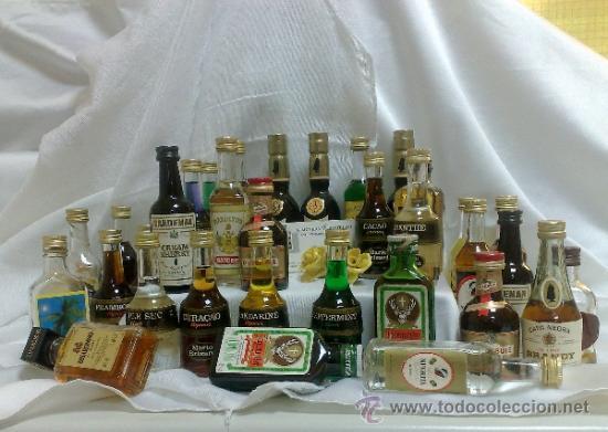 COLECCIÓN DE 35 MINIATURAS DE BOTELLA DE LICOR. (Botellas y Bebidas - Botellas Antiguas)