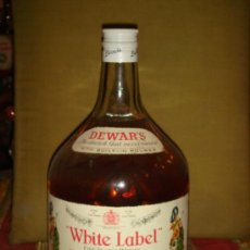 "Botellas antiguas: ANTIGUA GARRAFA MAGNUN ""WHITE LABEL, FINEST SCOTCH WHISKY.2L.TAPÓN ROSCA. LLENA Y SIN ABRIR.C1975. Lote 38453637"