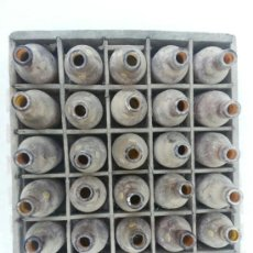 Botellas antiguas: EL AGUILA ANTIGUA CAJA CON 27 BOTELLINES DE CERVEZA DESCONOZCO AÑO. Lote 38470980