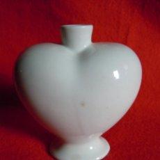 Botellas antiguas: PEQUEÑA BOTELLA ANTIGUA DE PORCELANA CON FORMA DE CORAZÓN. Lote 39904233