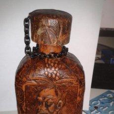 Botellas antiguas: DON QUIJOTE DE LA MANCHA Y SANCHO PANZA (FORRADA EN RELIEVE)BOTELLA. Lote 44069456