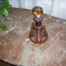 Botellas antiguas: BOTELLA DE CRISTAL TALLADO CON TAPÓN DE CRISTAL.. Lote 40323280