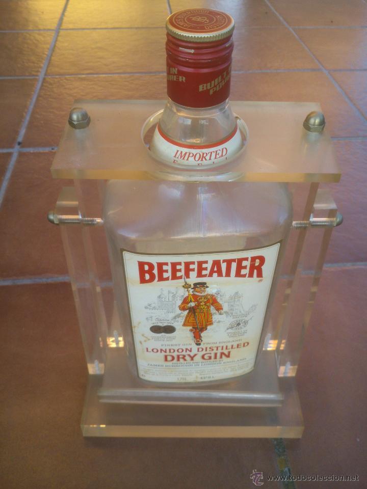 ANTIGUA BOTELLA DE DRY GIN BEEFEATER CON EXPOSITOR DE METACRILATO (Coleccionismo - Botellas y Bebidas - Botellas Antiguas)