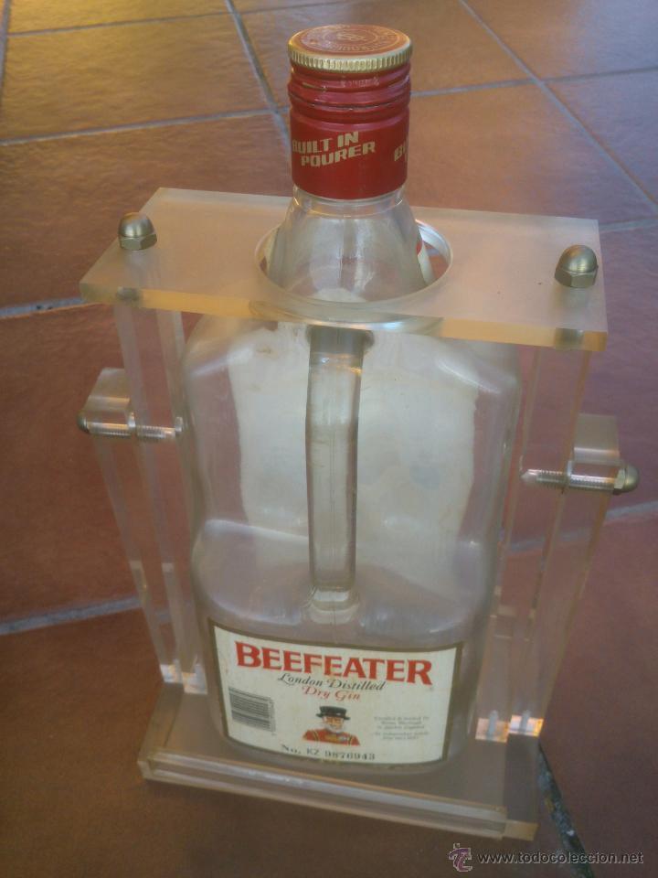 Botellas antiguas: ANTIGUA botella de dry gin beefeater con expositor de metacrilato - Foto 2 - 43614891