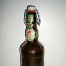 Botellas antiguas: BONITA BOTELLA DE CERVEZA LABRADA CON TAPÓN A PRESIÓN COLOR AMBAR. Lote 44383624