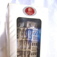 Botellas antiguas: BOTELLA DE CERAMICA: CASAS COLGANTES DE CUENCA. RESOLI. PRECINTADA. LLENA. EN SU CAJA. Lote 46051604