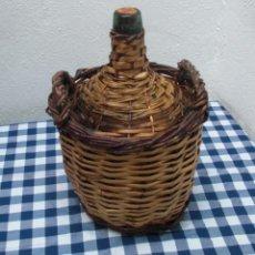 Botellas antiguas: GARRAFA DAMAJUANA REVESTIDA EN MIMBRE Y CAÑA VILELLA ALTURA 0,3CIRCUNFERENCIA5 0,70 APROX.. Lote 47869064