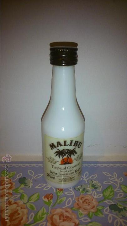 BOTELLIN DE MALIBU. PRODUCT LONDON. TROPICAL COCONUT LACED WITH LIGHT. JAMAICAN RUM (Coleccionismo - Botellas y Bebidas - Botellas Antiguas)