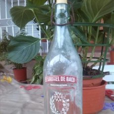 Botellas antiguas: ANTIGUA BOTELLA DE GASEOSA SERIGRAFIADA, EL LAUREL DE BACO, MADRID, 1 LITRO... Lote 49061389