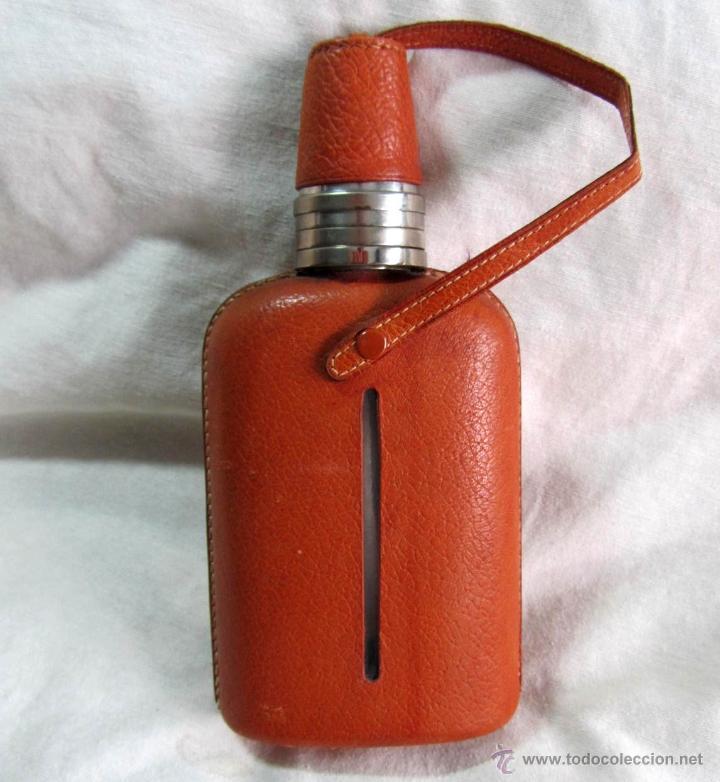 PETACA LICORERA VIDRIO, ALPACA Y CUERO CON VASOS SUPLEMENTARIOS (Coleccionismo - Botellas y Bebidas - Botellas Antiguas)