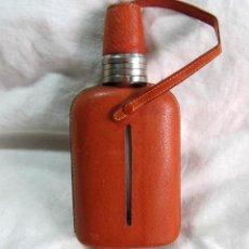 Botellas antiguas: PETACA LICORERA VIDRIO, ALPACA Y CUERO CON VASOS SUPLEMENTARIOS. Lote 49304101