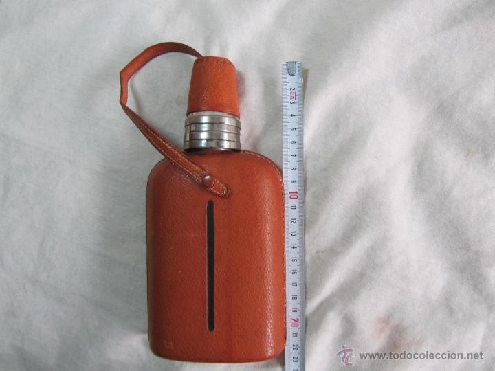 Botellas antiguas: Petaca licorera vidrio, alpaca y cuero con vasos suplementarios - Foto 13 - 49304101
