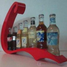 Botellas antiguas: EXPOSITOR CON SIETE BOTELLAS DE REFRESCO - AÑOS 70. Lote 49485535