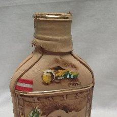 Botellas antiguas: BOTELLA VACIA LICOR DE PERU FORRADA EN CUERO ARTESANALMENTE PINTADA A MANO. Lote 49915449