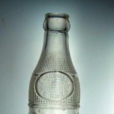 Botellas antiguas: BOTELLA DE GASEOSA RELIEVE EL GALLO // MUY RARA. Lote 50734855
