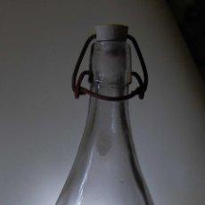 Botellas antiguas: BOTELLA DE GASEOSA LA FLOR DE LA NUCIA RELIEVE // MUY BONITA. Lote 50757272