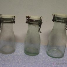 Botellas antiguas: LOTE DE 3 ANTIGUOS ENVASES O BOTELLAS DE CRISTAL, CON TAPA CERÁMICA. Lote 51166307