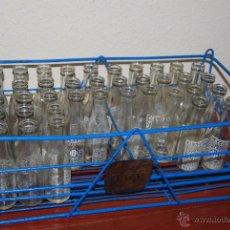 Botellas antiguas: REJA DE BOTELLINES DE VERMUT ALAZÁN - BOTELLERO CON 38 BOTELLAS - CESTA - BOTELLA VERMOUTH - AÑOS 50. Lote 52772390