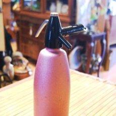 Botellas antiguas: SIFON CON BOTELLA DE ACERO COLOR ROSA Y 4 RECARGAS. Lote 52772865