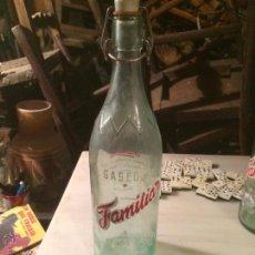 Botellas antiguas: ANTIGUA GASEOSA DE UN LITRO MARCA FAMILIAR CRISTAL ESEGRAFIADO CON LA MARCA. Lote 53707346