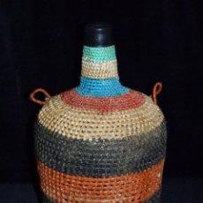 Botellas antiguas: PEQUEÑA GARRAFA DE CRISTAL FORRADA CON ESPARTO DE VARIOS COLORES. VIRESA 4 L. VINTAGE AÑOS 50. Lote 54659769