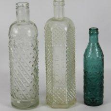 Botellas antiguas: COLECCION DE TRES BOTELLAS DE LICOR EN CRISTAL TALLADO. SIGLO XX.. Lote 49323444
