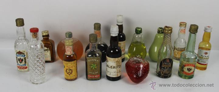 COLECCION DE 16 BOTELLAS DE LICOR EN MINIATURA. MED S. XX. (Coleccionismo - Botellas y Bebidas - Botellas Antiguas)