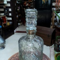 Botellas antiguas: ANTIGUA BOTELLA EN CRISTAL TALLADO PARA LICOR. Lote 152320422