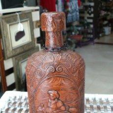 Botellas antiguas: BOTELLA DE CRISTAL FORRADA CON DIBUJO DE SANCHO PANZA Y RUCIO SU BURRO. Lote 56540027