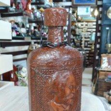 Botellas antiguas: DECORATIVA BOTELLA FORRADA CON GRABADO DE CERVANTES. Lote 57583443