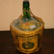 Botellas antiguas: GARRAFA DE CRISTAL FORRADA DE CAÑA, MOSCATEL VIDAL ALMAZORA CASTELLON. Lote 56573398