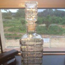 Botellas antiguas: ANTIGUA BOTELLA / LICORERA DE LOS AÑOS 70 EN CRISTAL MOLDEADO Y CON TAPÓN. Lote 56871374
