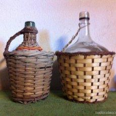 Botellas antiguas: OFERTON BONITA PAREJA DE GARRAFAS DEL VINO FORRADAS DE ANEA. DE LOS AÑOS 50. Lote 58612224