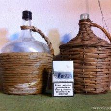 Botellas antiguas: OFERTON PAREJA DE BOTELLAS O GARRAFAS DE CRISTAL FORRADAS DE CAÑA Y ANEA DE 2 LITROS CADA UNA. Lote 58639345