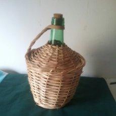 Bottigglie antiche: ANTIGUA GARRAFA DE CRISTAL.DAMAJUANA.FORRADA EN MIMBRE. CAPACIDAD 4 L. VIRESA.. Lote 58829061