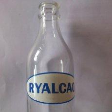 Botellas antiguas: BOTELLA DE CRISTAL, PUBLICIDAD RYALCAO - ALIBER S.A., SERIGRAFIADA BLANCO Y AZUL, MEDIDAS 16,5X6 CM. Lote 59519515