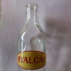 Botellas antiguas: BOTELLA DE CRISTAL, PUBLICIDAD RYALCAO - ALIBER S.A., SERIGRAFIADA ROJO-AMARILLO, MEDIDAS 16,5X6 CM. Lote 59519703