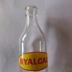 Botellas antiguas: BOTELLA DE CRISTAL, PUBLICIDAD RYALCAO - ALIBER S.A., SERIGRAFIADA ROJO-AMARILLO, MEDIDAS 16,5X6 CM. Lote 59519791