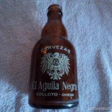 Botellas antiguas: PRECIOSA BOTELLA ANTIGUA DE CERVEZA EL AGUILA NEGRA PEQUEÑA SERIGRAFIADA COLLOTO OVIEDO. Lote 59710319